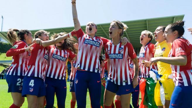 La apasionante última jornada de la Liga Iberdrola coronó al Atlético de Madrid Femenino como campeón por tercer año consecutivo, tras batir a la Real Sociedad. Las rojiblancas lo celebraron en Zubieta.