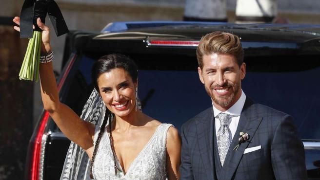 Sergio Ramos y Pilar Rubio, al salir de la Catedral de Sevilla como marido y mujer.