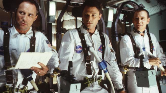 Fotograma de la miniserie De la tierra a la luna