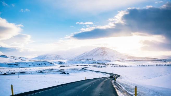 Las maravillas naturales que esconde, como cascadas o glaciares colosales, cautivan a sus visitantes. Sin embargo, la observación de fauna y las aventuras en plena naturaleza, sin grandes multitudes turísticas, son lo mejor de Islandia.