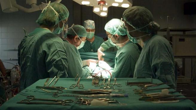Un grupo de cirujanos durante una intervención en un hospital andaluz.
