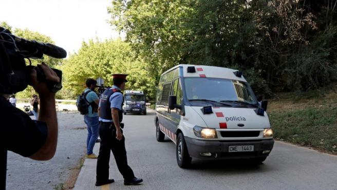 Los cuatro hombres detenidos por la violación grupal de una menor en Manresa (Barcelona), a su llegada en furgón a los juzgados de Manresa.