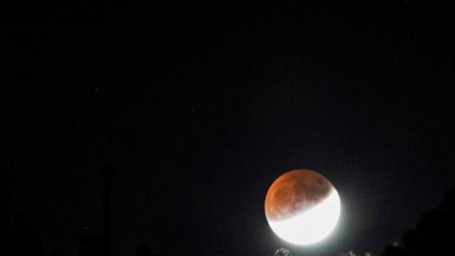 La Luna se sumó al 50 aniversario del Apolo 11 con un eclipse parcial visible desde España
