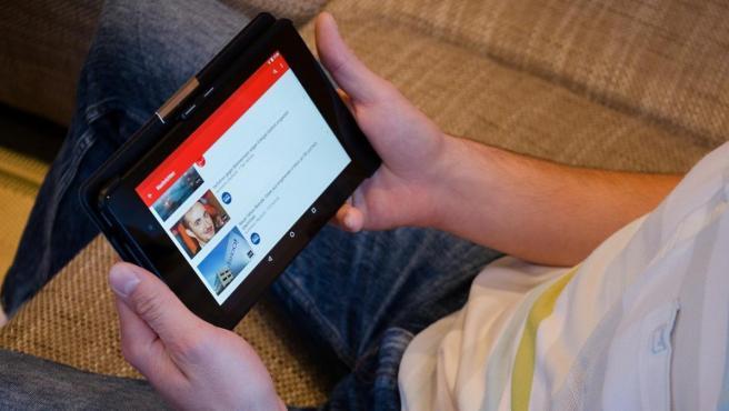 Un hombre ve YouTube en su 'tablet'.