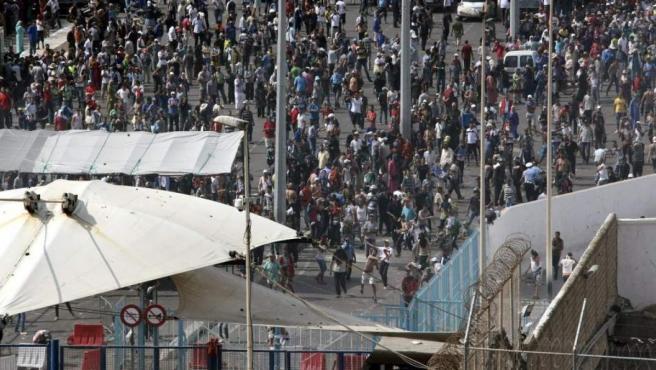 Centenares de porteadores marroquíes en la frontera del Tarajal que separa Ceuta de Marruecos.