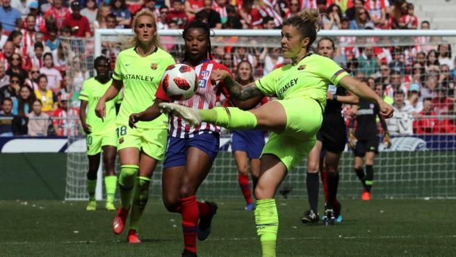 Mapi León (Barcelona) pugna por un balón con Ludmila (Atlético).