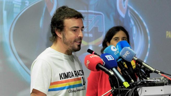 Fernando Alonso atiende a los medios de comunicación.