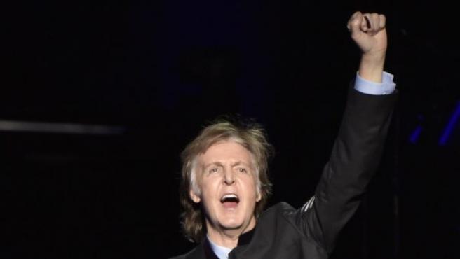 El músico Paul McCartney anima al público durante una actuación.