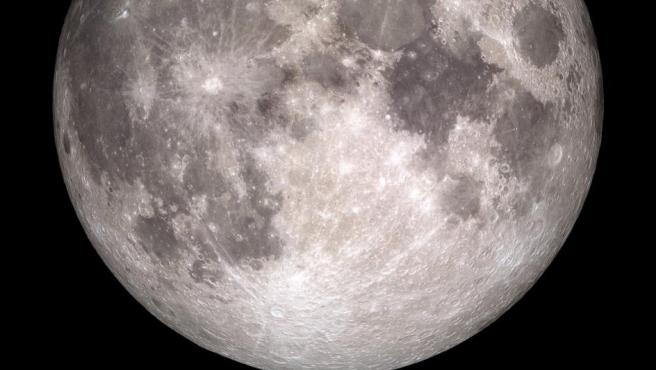 La imagen del único satélite de la Tierra también aparece de una manera imponente. Tiene su tradicional color grisáceo y se ven los cráteres característicos.