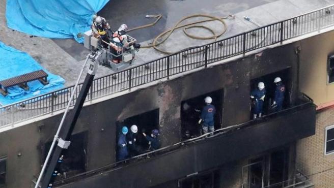 Los bomberos buscan supervivientes tras el incendio en los estudios de animación Kyoto Animation, en Kioto, Japón.