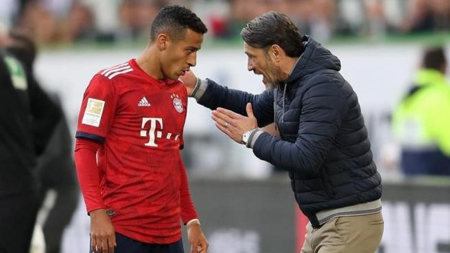 Thiago Alcántara recibe instrucciones de Niko Kovac, entrenador del Bayern.