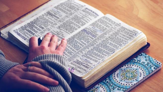Una imagen de archivo de una chica leyendo la Biblia.