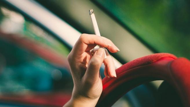Encender un cigarrillo lleva 4,1 segundos, lo que implica que, circulando a 100 km/h, se recorren 113 metros sin la atención plena en la carretera.
