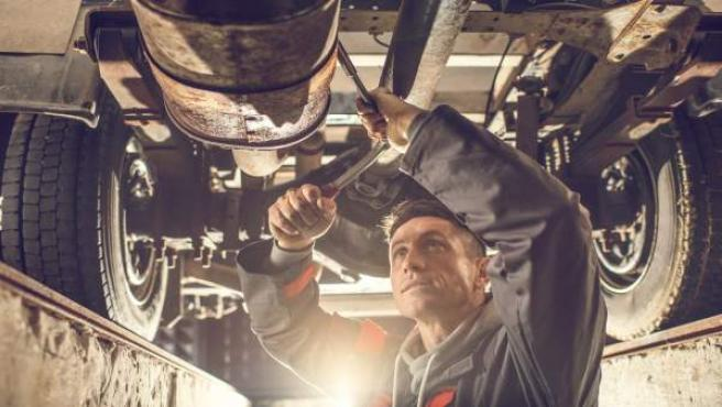 Mecánico trabajando en un taller de reparación