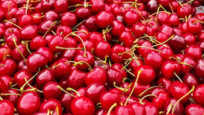Pese a sus múltiples beneficios, entre los que se incluye su carácter antioxidante y la protección que ejercen sobre nuestras células, las cerezas también figuran en la lista de las frutas más contaminadas con pesticidas.