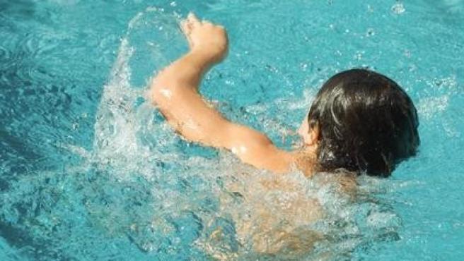 Niño en una piscina.