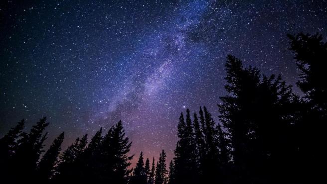 Una imagen del cielo lleno de estrellas.