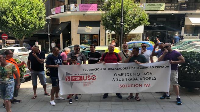 Trabajadores de la empresa Ombuds, en la concentración de este lunes delante de Correos para exigir que se les paguen las nóminas atrasadas.