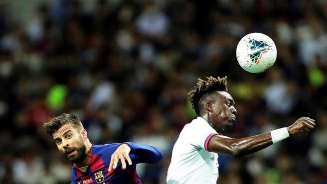 Pique lucha un balón contra Abraham, delantero del Chelsea.