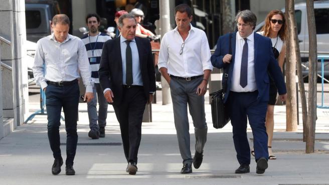 Los cinco investigados en la Operación Dean se han negado a declarar ante el juez. En la imagen, Mariano Aguilar (2d) y sus abogados.