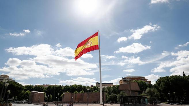 Plaza de Colón de Madrid, con la bandera de España en el centro.