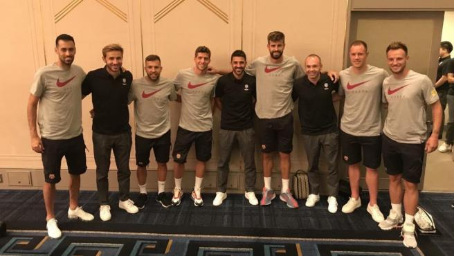 Andrés Iniesta, David Villa y Sergi Samper se reencuentran con la plantilla del Barcelona.