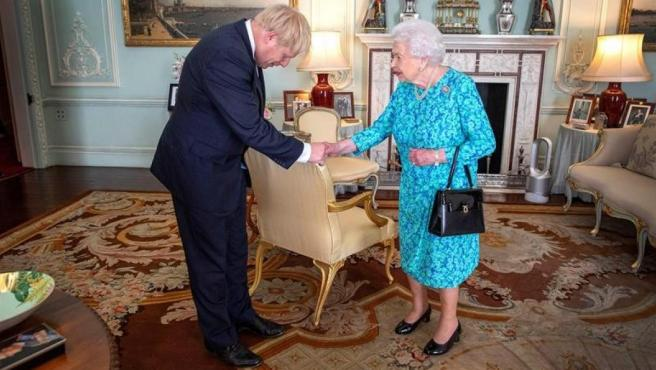 La reina de Inglaterra, Isabel II, recibe en el Palacio de Buckingham al lider del Partido Conservador británico, Boris Johnson, para la investidura de este como primer ministro del Reino Unido.