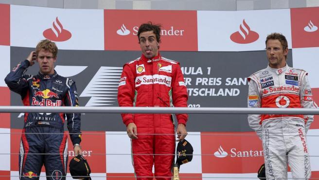 Fernando Alonso, en lo más alto del podio tras el Gran Premio de Alemania junto a Sebastian Vettel (Red Bull) y Jenson Button.