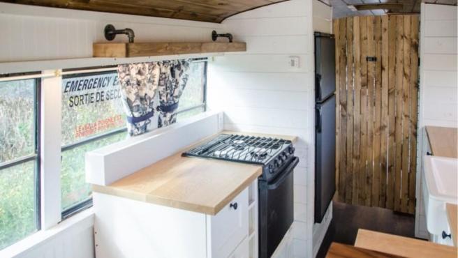 Es sencilla y cuenta con un gran espacio de almacenamiento. Hay además una gran barra, un fregadero, un horno y una nevera. El objetivo es que no falte de nada para vivir cómodamente en este bus transformado.