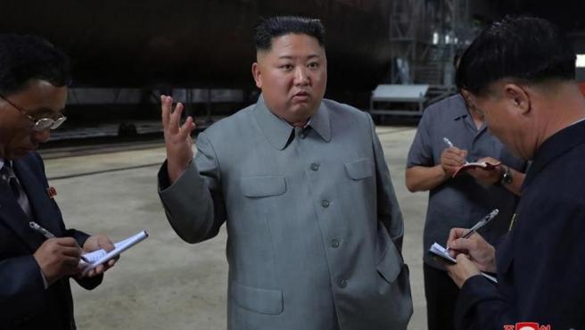El líder norcoreano, Kim Jong-un, tras inspeccionar un nuevo modelo de submarino capaz de lanzar misiles balísticos, en un lugar no revelado, en Corea del Norte.