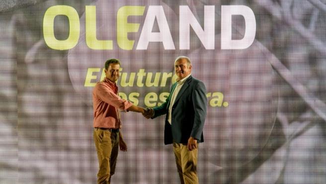Diego Gallego (izda.) y Antonio Candil (dcha.) celebran el acuerdo de fusión.