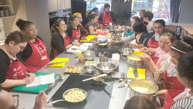 Participantes en el proyecto 'Gira Mujer Coca-Cola' que ha desarrollado Cruz Roja en Zaragoza.