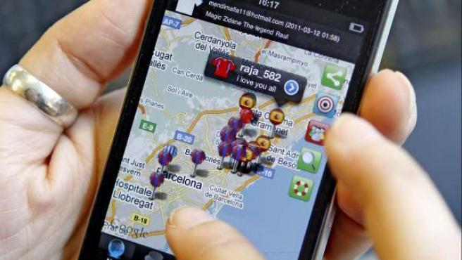 """Una usuaria de un teléfono """"smartphone"""" navega por una app de geolocalización."""