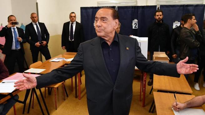 El ex primer ministro italiano y líder de Forza Italia, Silvio Berlusconi, a su llegada al colegio electoral de Milán para votar en las elecciones europeas.