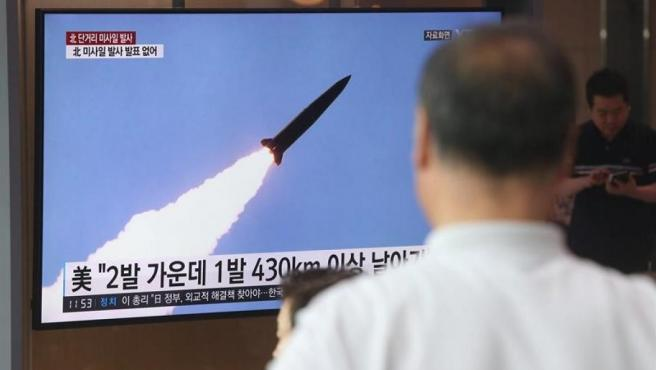 Un televisor en Seúl, Corea del Sur, con la noticia del lanzamiento de dos misiles balísticos por parte de Corea del Norte.