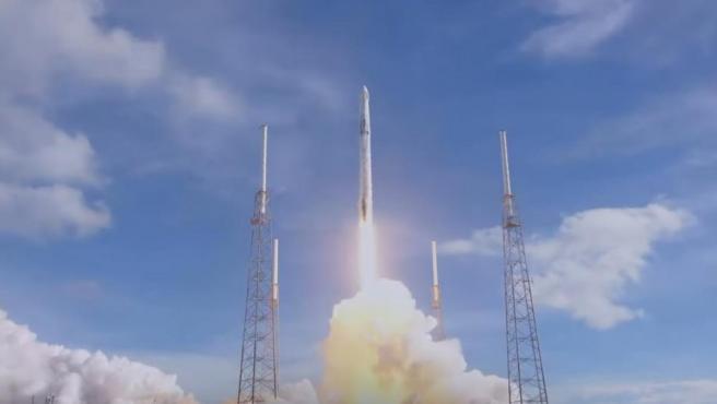 Despegue en Cabo Cañaveral (Florida, EE UU) del cohete de SpaceX 'Falcon 9', con la cápsula 'Dragon' rumbo a la Estación Espacial Internacional.