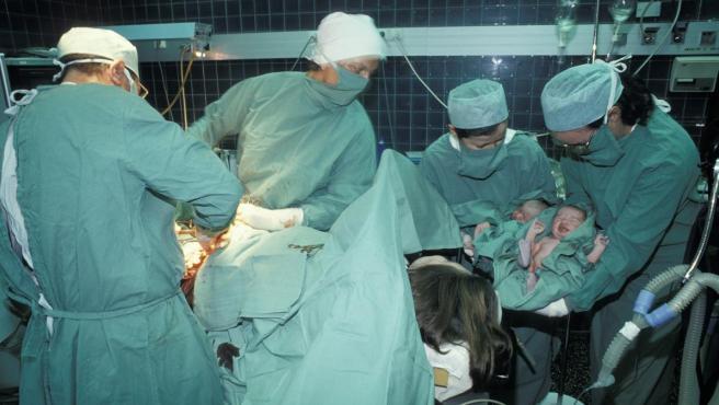 Un parto de gemelos a través de una cesárea.