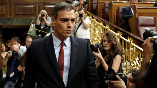 El líder socialista español, Pedro Sánchez (izda), a su llegada al hemiciclo del Congreso durante la primera jornada del debate de investidura.