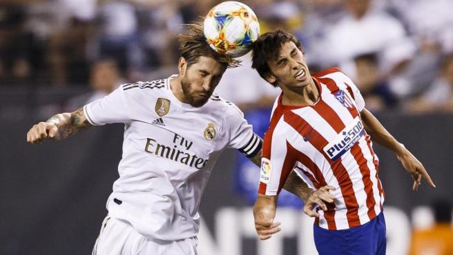 Sergio Ramos pugna por un balón con Joao Félix durante el Atlético de Madrid-Real Madrid de pretemporada.