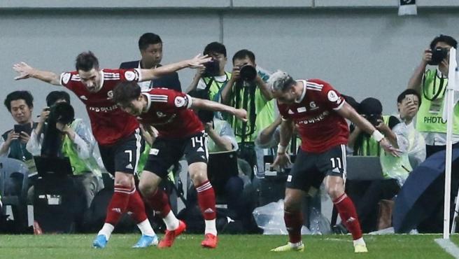 Cesinha y sus compañeros del equipo de la K-League imitan la celebración de Ronaldo.