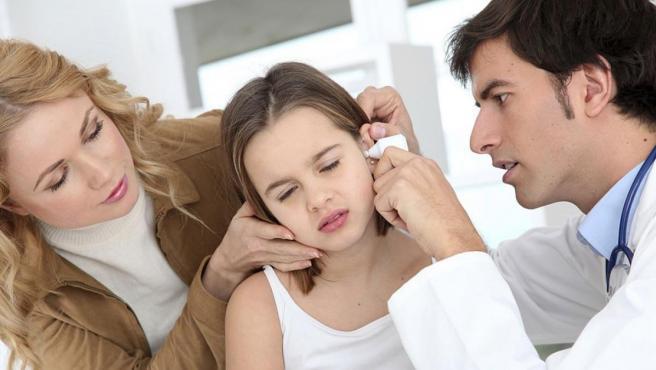 <p>Imagen de una niña en el médico con otitis.</p>