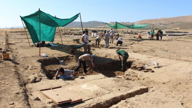 Alumnos del curso de arqueología excavan en el yacimiento romano de Regina