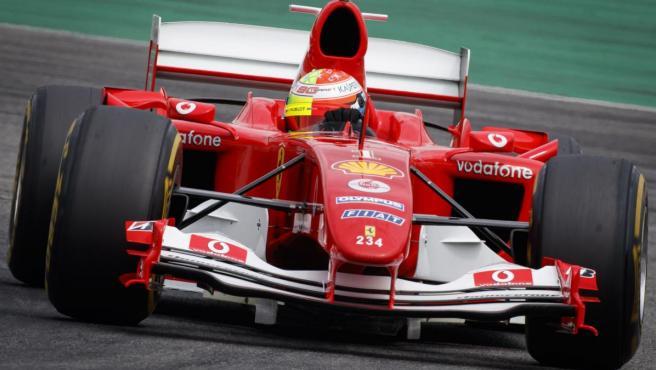 Mick Schumacher, al volante del Ferrari F2004 que pilotó su padre.