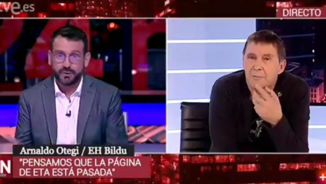 El coordinador general de EH Bildu, Arnaldo Otegi (a la dcha.), durante su entrevista en el Canal 24H de TVE.