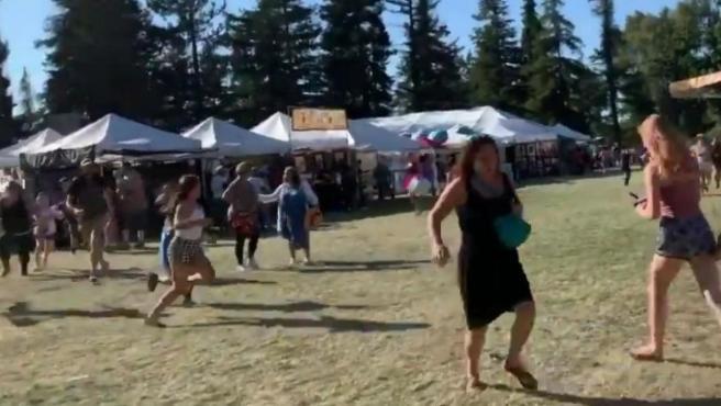Captura de un vídeo que recoge el momento en que varias personas corren tras producirse un tiroteo en el Festival Anual del Ajo de Gilroy, en California, Estados Unidos.