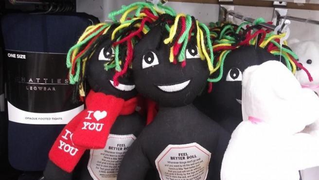 Foto de la muñeca negra con instrucciones para golpearla y sentirse bien, en el Facebook de la mujer que denunció.