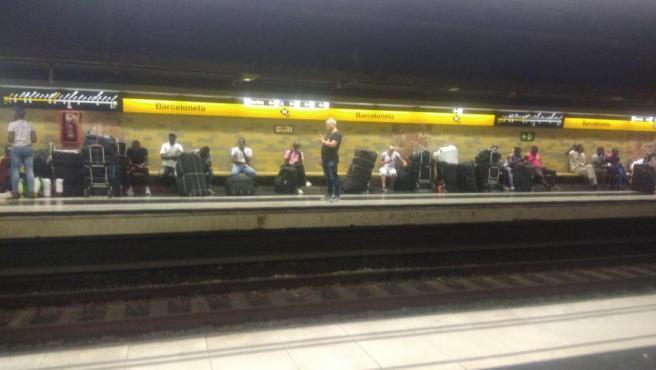 Manteros refugiados este lunes en la estación de metro de Barceloneta.