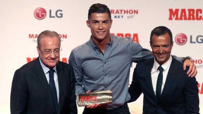 Florentino Pérez, Cristiano Ronaldo y Jorge Mendes durante la entrega del 'Marca Leyenda' al futbolista portugués.