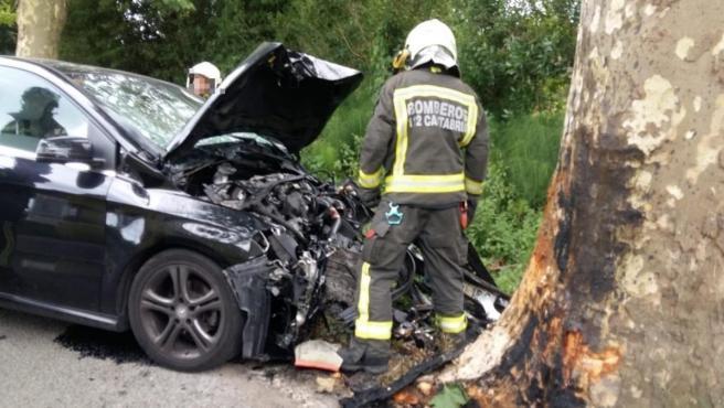 Estado en que quedó el vehículo de un hombre de 56 años que falleció al estrellarse contra un árbol en Escalante, Cantabria, y cuya esposa fue hallada muerta después en su domicilio con heridas de arma blanca.