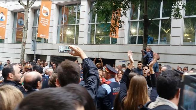 Los Mossos durante el referéndum del 1-O.